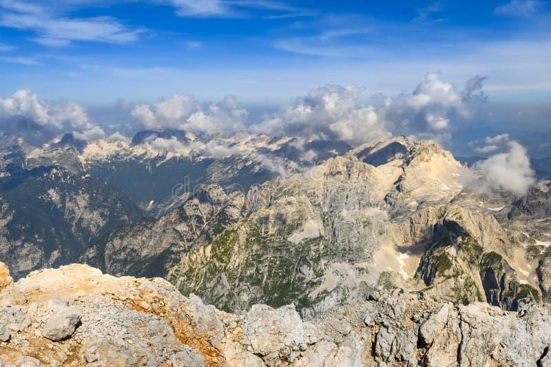 Панорама гор в солнечный летний день стоковая фотография