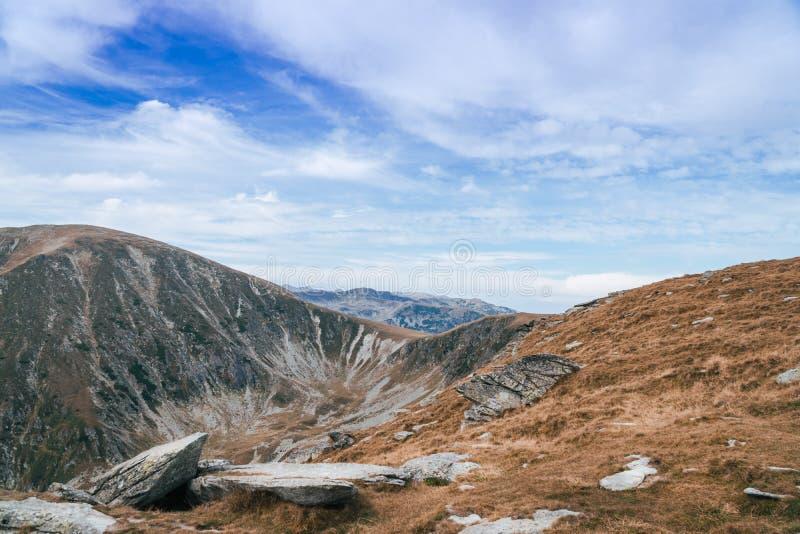 Панорама гор Карпат и известной дороги Transalpina Приводы Transalpina Romania's сценарные, взбираясь к верхней части a стоковые изображения