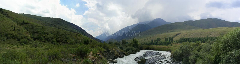 панорама 180 градусов гор птиц-глаза VI Кыргызстана стоковая фотография