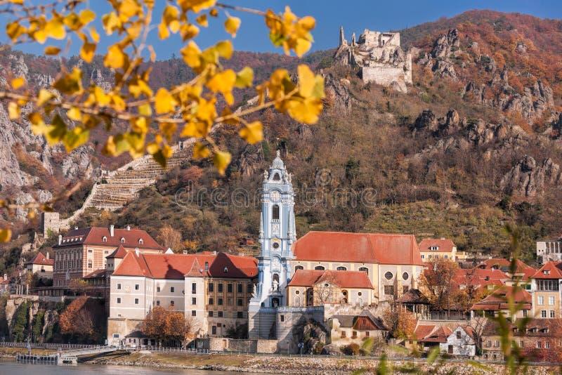 Панорама деревни Duernstein с замком во время осени в Австрии стоковые изображения