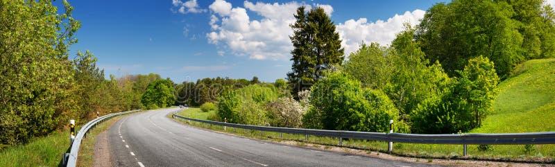 Панорама дороги на солнечный весенний день стоковая фотография