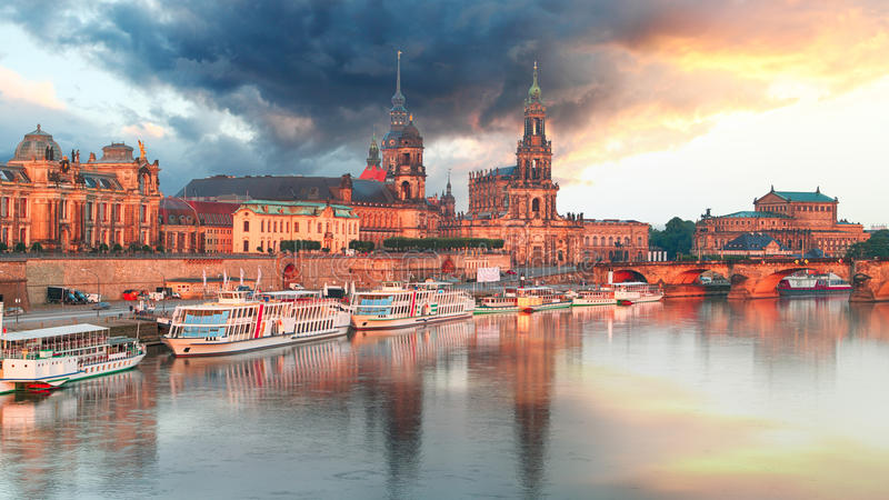 Панорама Дрездена на заходе солнца, Германии стоковое фото