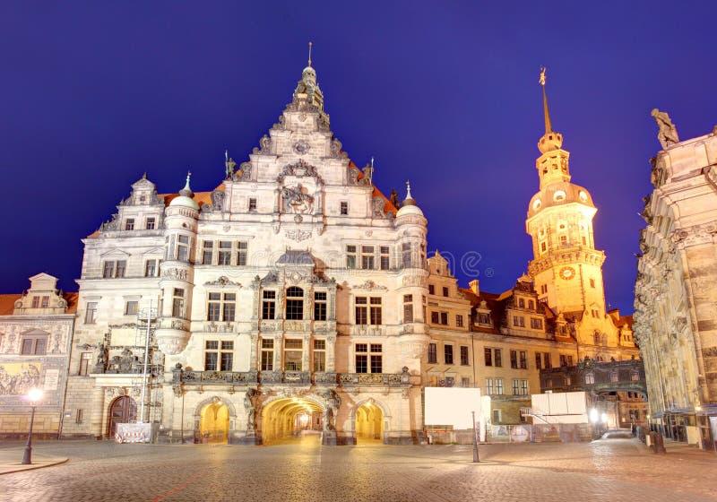 Панорама Дрездена на ноче, с собором Hofkirche стоковое изображение