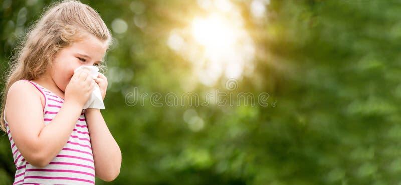 Панорама девушки с лихорадкой или аллергией сена стоковая фотография rf