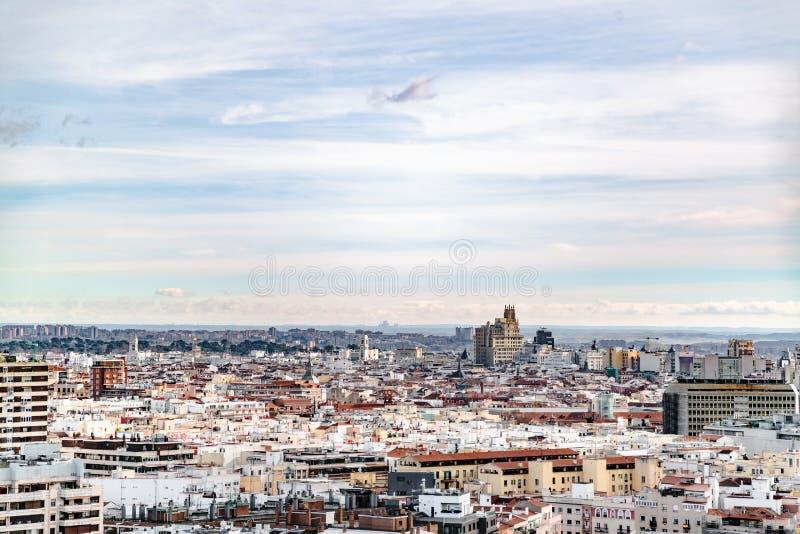 Панорама жилых районов Мадрида цвета и голубого неба стоковые изображения