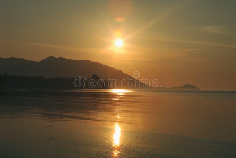 Панорама захода солнца на острове Pha Ngan Koh, пляже Sala ремня, Таиланде стоковые изображения rf