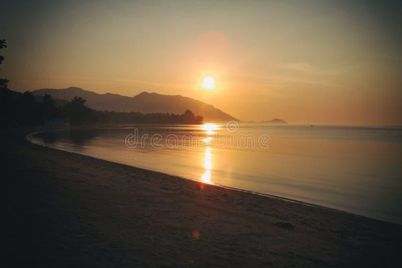 Панорама захода солнца на острове Pha Ngan Koh, пляже Sala ремня, Таиланде стоковое изображение rf