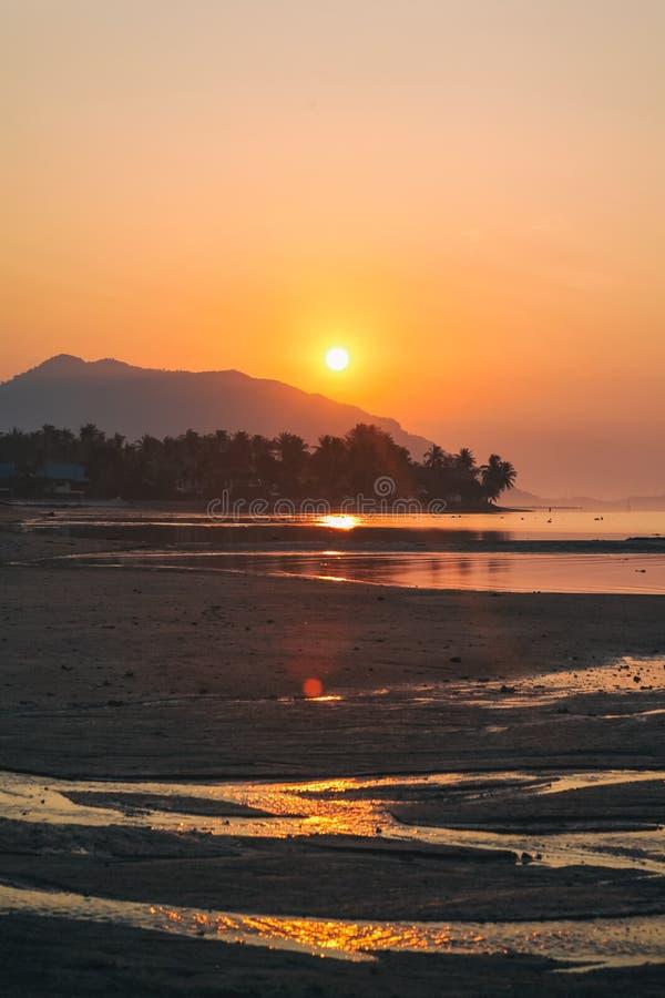 Панорама захода солнца на острове Pha Ngan Koh, пляже Sala ремня, Таиланде стоковое фото