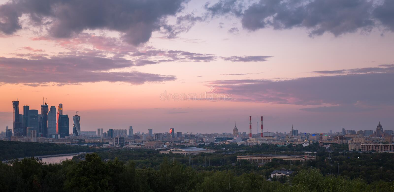 Панорама захода солнца Москвы с славными облаками и отражениями реки стоковое фото rf