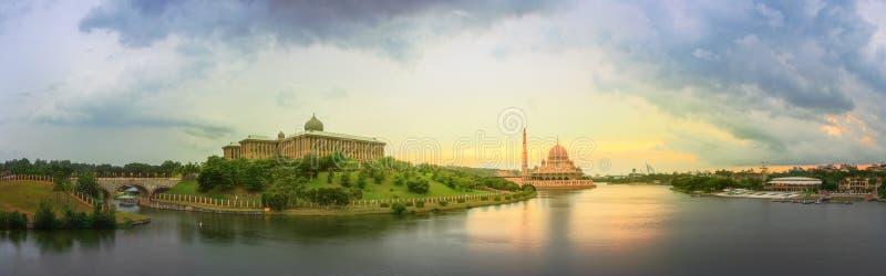Панорама захода солнца над Путраджайя и мечетью, Куалаом-Лумпур стоковые фото