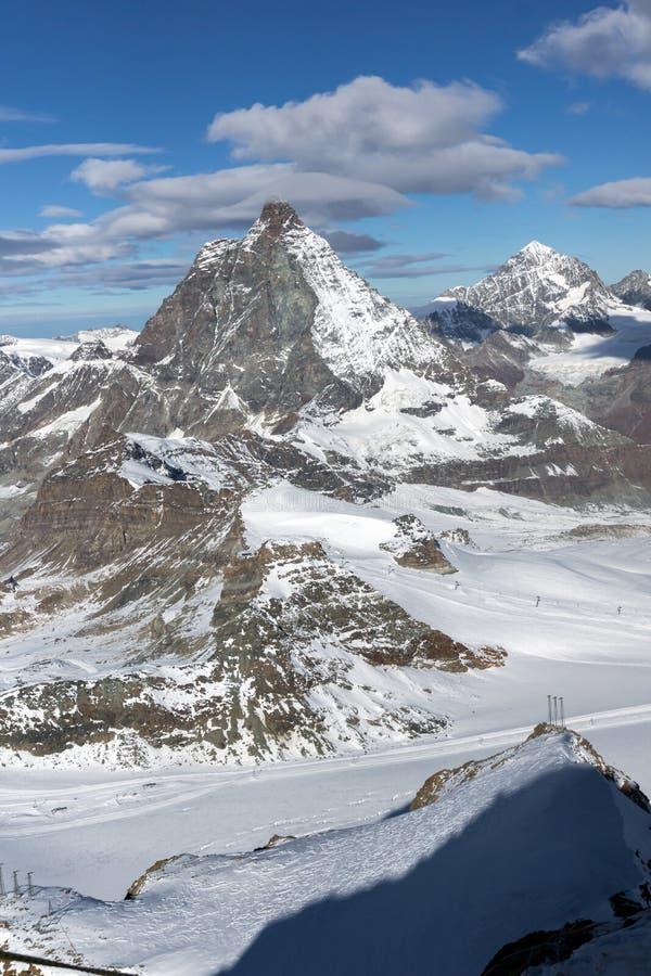 Панорама зимы держателя Маттерхорна покрытая с облаками, Альпами, Швейцарией стоковая фотография rf