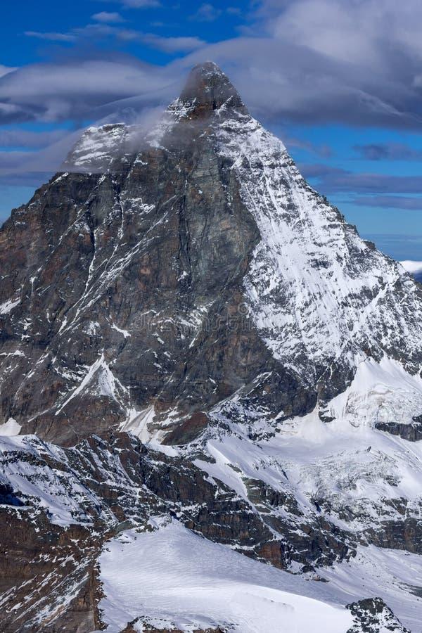 Панорама зимы держателя Маттерхорна покрытая с облаками, Альпами, Швейцарией стоковые фотографии rf