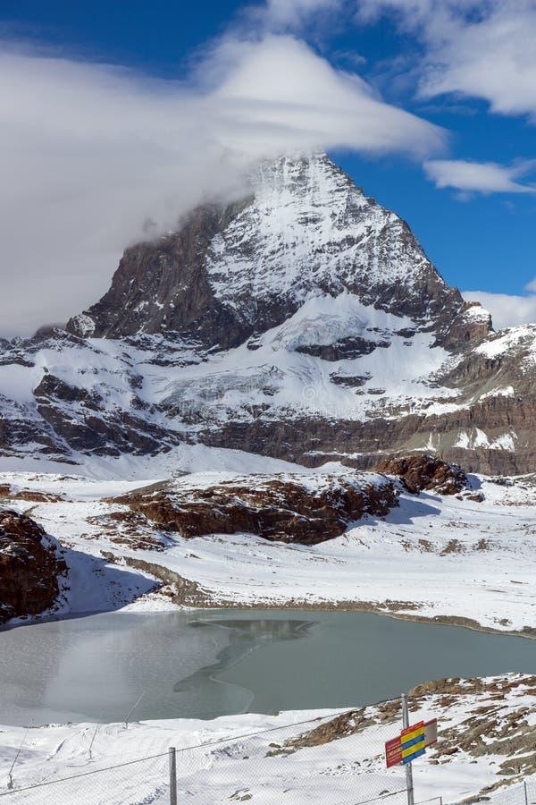 Панорама зимы держателя Маттерхорна покрытая с облаками, Альпами, Швейцарией стоковые изображения