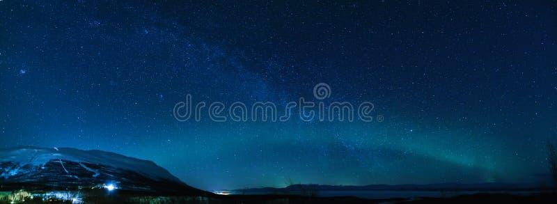 Панорама зимы с млечным путем и северное сияние в Keruna стоковые фотографии rf