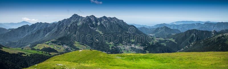 Панорама итальянских горных вершин стоковые фотографии rf
