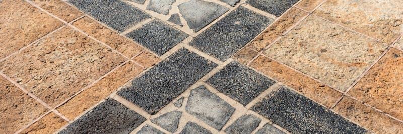 Панорама кафельного пола с серыми и коричневыми плитками раскосные разделенные нашивки стоковое изображение rf
