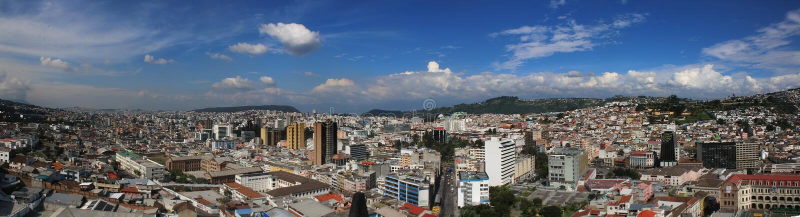 Панорама Кито показывая оба повсюду здания с ярким голубым небом стоковые изображения rf