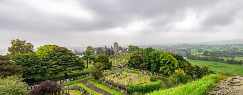 Панорама кладбища около церков святое грубого, Стерлинга, Шотландии стоковые фото