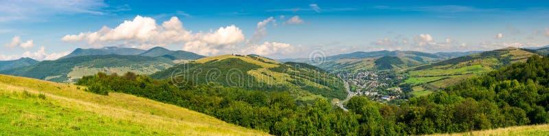 Панорама красивого гористого сельского района стоковое изображение rf