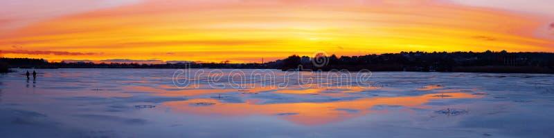 Панорама красивого захода солнца над ледистым рекой стоковое фото