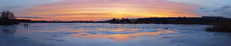 Панорама красивого захода солнца над ледистым рекой стоковая фотография