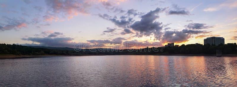 Панорама красивого озера в горах на заходе солнца стоковые фото