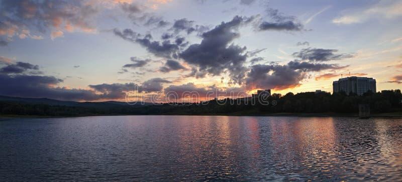 Панорама красивого озера в горах на заходе солнца стоковое фото rf
