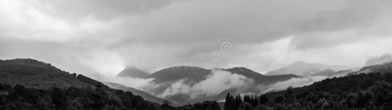 Панорама красивого пейзажа туманных гор стоковые фотографии rf