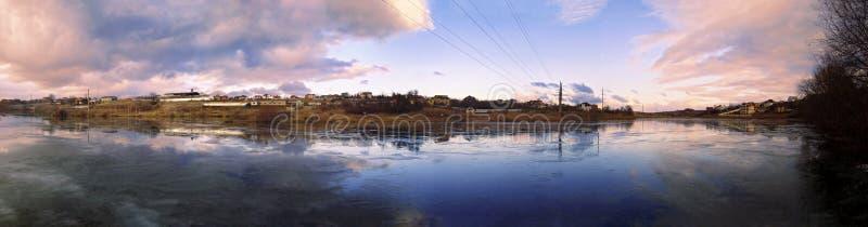 Панорама красивой озера замерли осенью, который стоковое фото rf