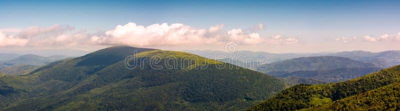 Панорама красивых прикарпатских гор стоковые изображения