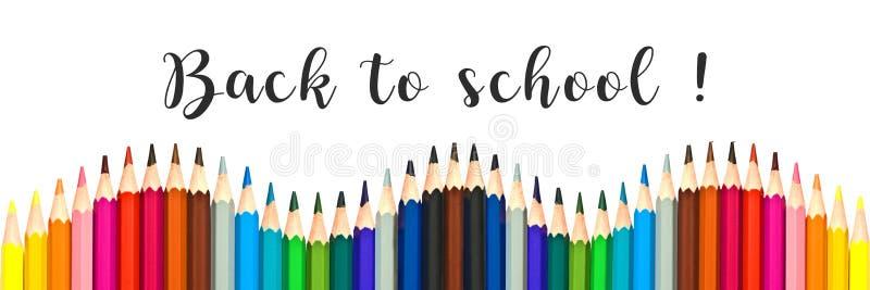 """Панорама красочных карандашей на белизне с задней частью текста """"в школу стоковое изображение"""