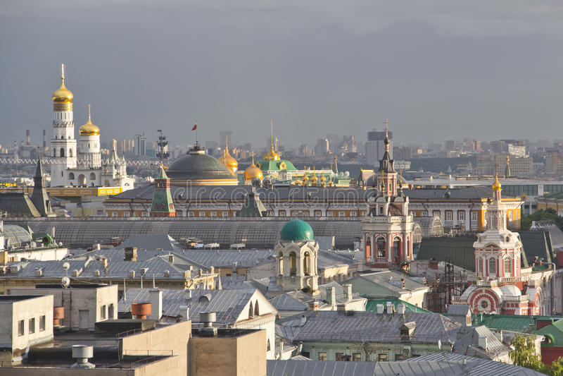 Панорама крыш Москвы на заходе солнца стоковая фотография rf