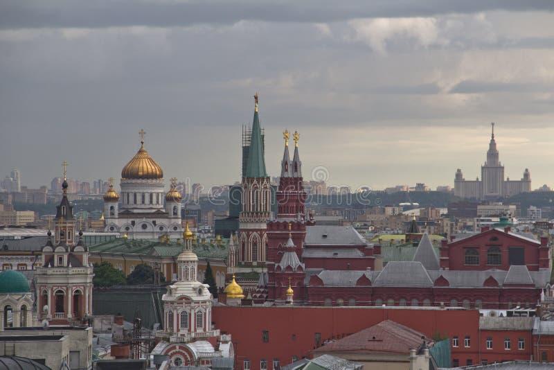 Панорама крыш Москвы на заходе солнца стоковое фото