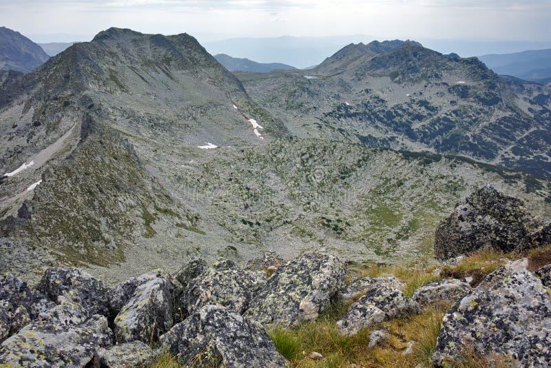 Панорама к пику Momin Dvor от пика Dzhangal, горы Pirin стоковое фото rf