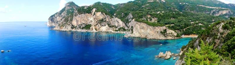 Панорама лагун paleokastritsa голубых плавает вдоль побережья ландшафт ionian s стоковое изображение