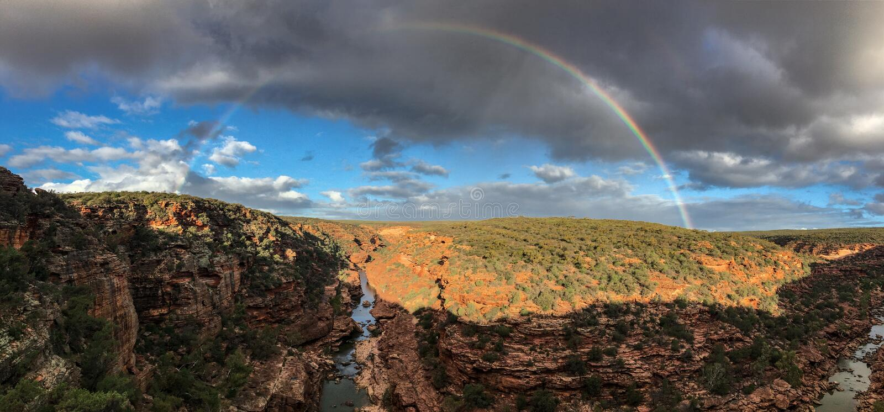 Панорама ландшафта Z-загиба в западной Австралии с радугой стоковое изображение