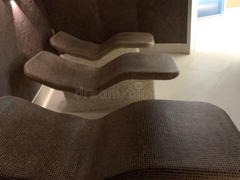 Панорама лаунджеров в уютной спа-комнате. Теплые стулья стоковое изображение rf