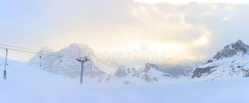 Панорама лыжного курорта зимы в Альпах стоковое фото rf