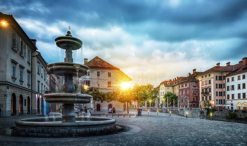 Панорама Любляны Выравнивать взгляд на фонтане и старом городе, Sl стоковые фотографии rf
