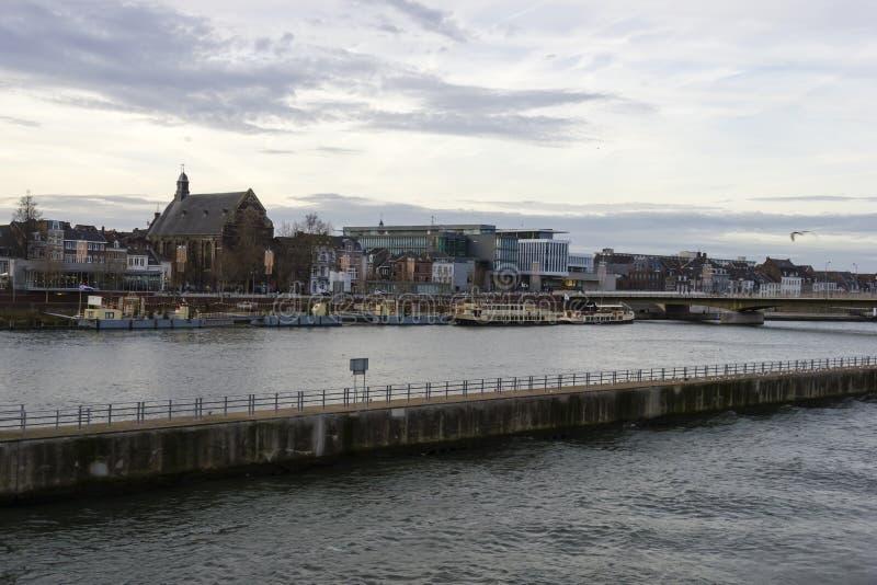 Панорама Маастрихта, Нидерландов в пасмурном спокойном зимнем дне стоковая фотография rf