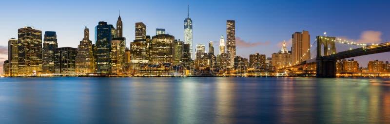 Панорама Манхаттана к ноча стоковая фотография