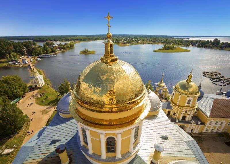 Панорама монастыря Nilo-Stolobensky в регионе Tver на предпосылке озера Seliger с куполом Cath явления божества стоковые изображения rf