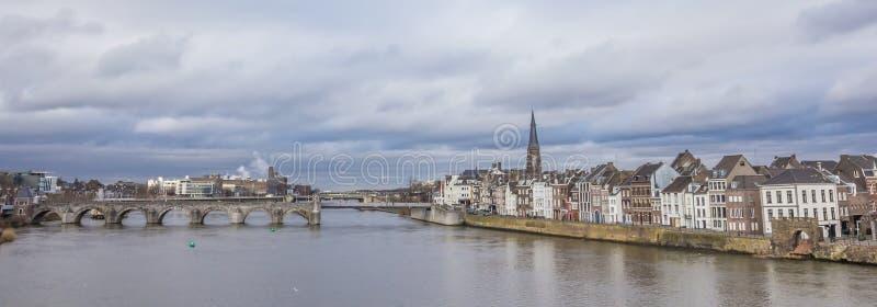 Панорама моста Servatius и старого центра Маастрихта стоковая фотография rf