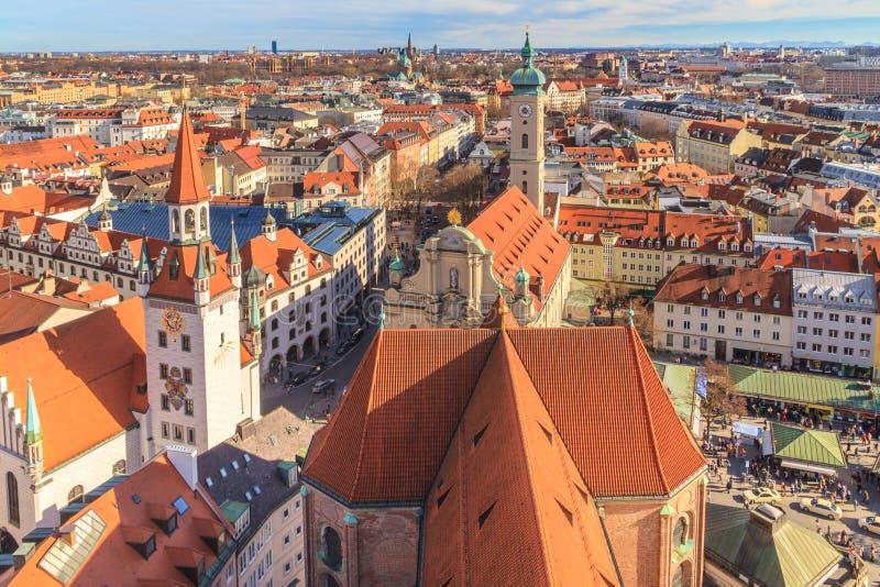 Панорама Мюнхена с старым здание муниципалитетом стоковые фото
