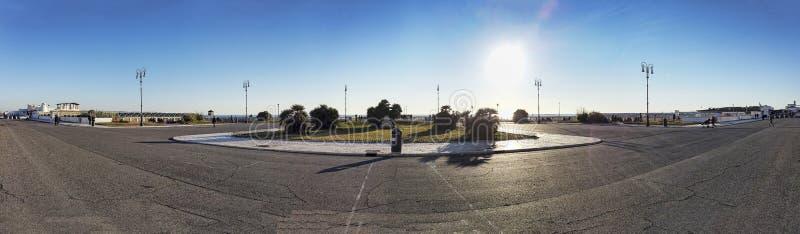 Панорама на квадрате Ravennati к пристани в Ostia Lido Риме в красивом зимнем дне некоторые резиденты ослабить и насладиться солн стоковая фотография rf