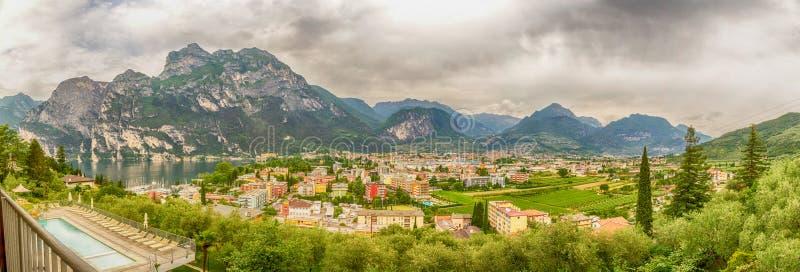 Download Панорама над Riva Del Garda, северным озером Garda, Италией Стоковое Фото - изображение насчитывающей перемещение, озеро: 41661464