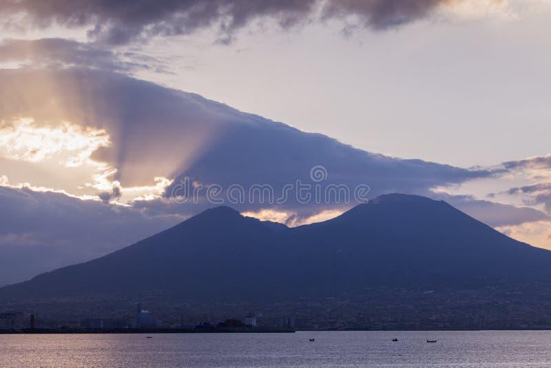Панорама Неаполь с Vesuvius на восходе солнца стоковые изображения