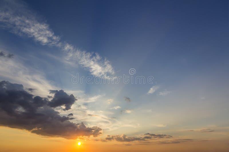 Панорама неба на восходе солнца или заходе солнца Красивый вид темное голубого стоковые фотографии rf