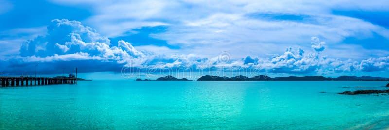 Панорама неба с пасмурным на seascape на летний день стоковая фотография