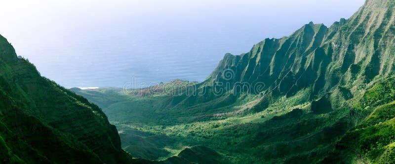 Панорама неровных скал в долине Kalalau, Кауаи, Гаваи стоковое изображение
